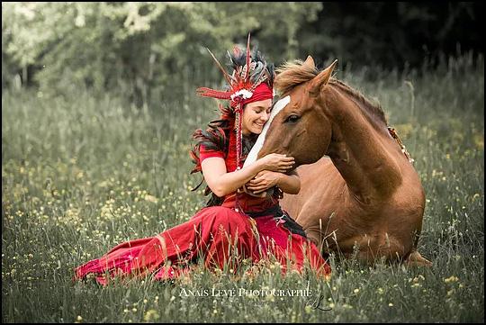 Complicité cheval artiste, danse silencieuse